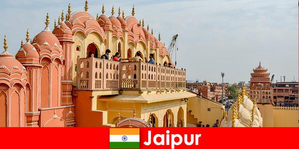 Imponujące pałace i najnowszą modę można znaleźć przez turystów w Jaipur w Indiach