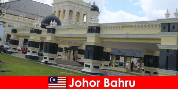 Johor Bahru miasto przy porcie przyciąga do starego meczetu nie tylko wiernych, ale także turystów