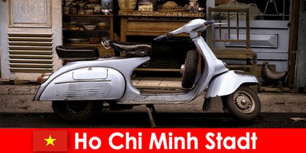 Ho Chi Minh City Vietnam oferuje turystom wycieczki motorowerem po tętniących życiem ulicach