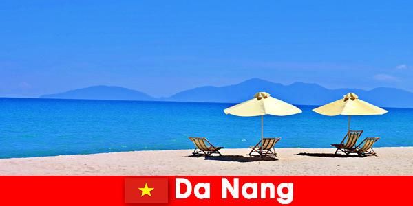 Turyści pakietowi odpoczywają na lazurowych plażach w Da Nang w Wietnamie