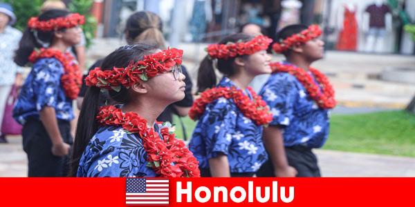 Zagraniczni goście uwielbiają wymiany kulturalne z lokalnymi mieszkańcami Honolulu w Stanach Zjednoczonych