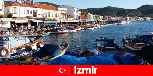 Aktywni podróżnicy dojeżdżają między miastem a plażą w Izmirze w Turcji