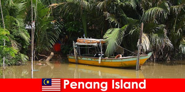 Podróże długodystansowe dla turystów pieszych przez dżunglę wyspy Penang w Malezji