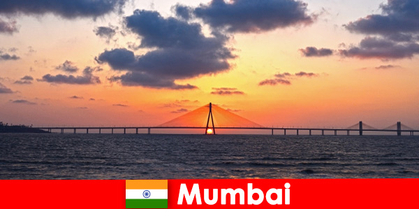 Podróżujący z Azji są entuzjastycznie nastawieni do nowoczesności i tradycji w Bombaju w Indiach