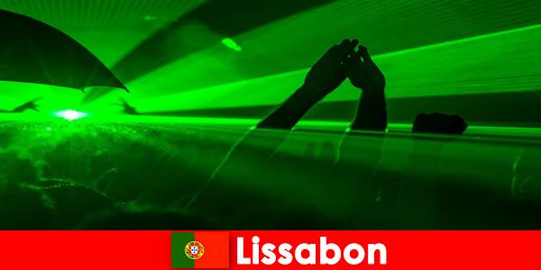 Popularne wieczory dyskotekowe na plaży dla młodych imprezowiczów w Lizbonie Portugalia