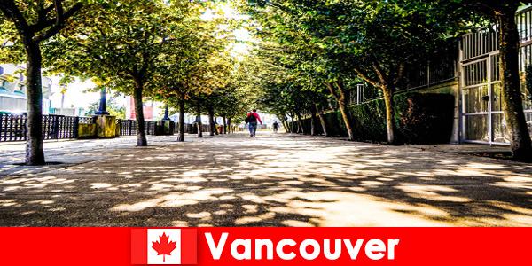 Kanadyjscy przewodnicy miejscy Vancouver towarzyszą zagranicznym turystom w lokalnych zakątkach