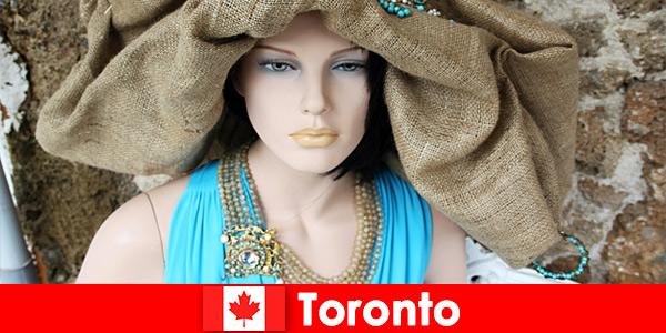 Odwiedzający mogą znaleźć wszelkiego rodzaju dziwaczne sklepy w kosmopolitycznym centrum Toronto Kanada