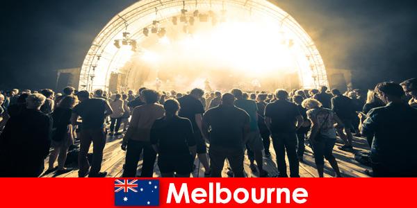 Co roku nieznajomi uczestniczą w darmowych koncertach plenerowych w Melbourne w Australii