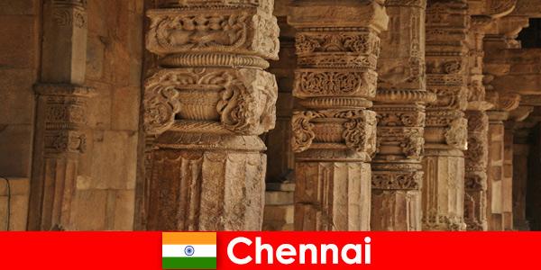Cudzoziemcy odwiedzają Chennai w Indiach, aby zobaczyć wspaniałe kolorowe świątynie