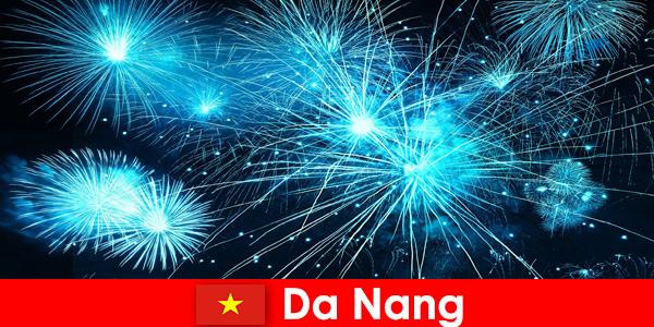Turyści z Da Nang w Wietnamie podczas kolacji doświadczają zapierających dech w piersiach pokazów ognia?