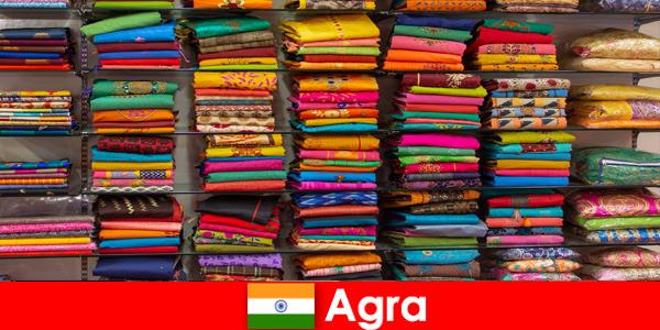 Grupy wycieczkowe z zagranicy kupują tanie tkaniny jedwabne w Agra India