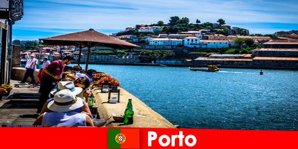 Miejsce dla krótkich urlopowiczów do wspaniałych restauracji rybnych w porcie w Porto Portugalia
