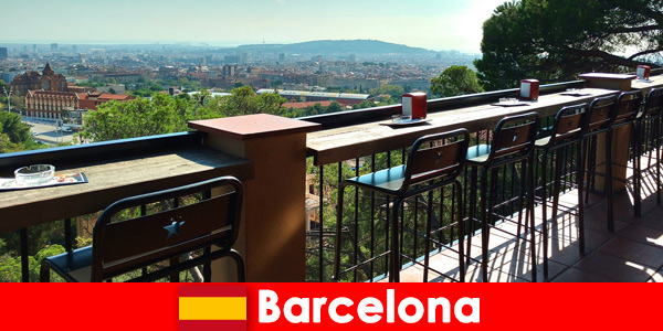 Czysta atmosfera wielkiego miasta dla odwiedzających Barcelonę w Hiszpanii z barami, restauracjami i sceną artystyczną
